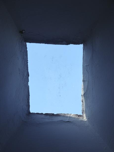 Lucarne dans le toit pour une ouverture bleue sur un ciel bleu