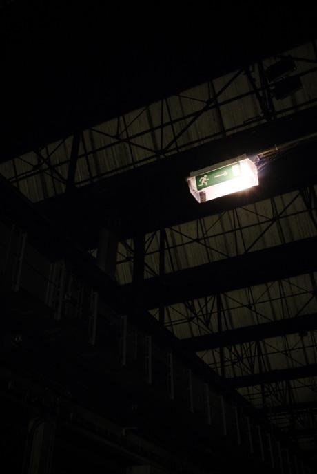 """Lumière """"Sortie de secours"""" dnas la halle Alstom"""