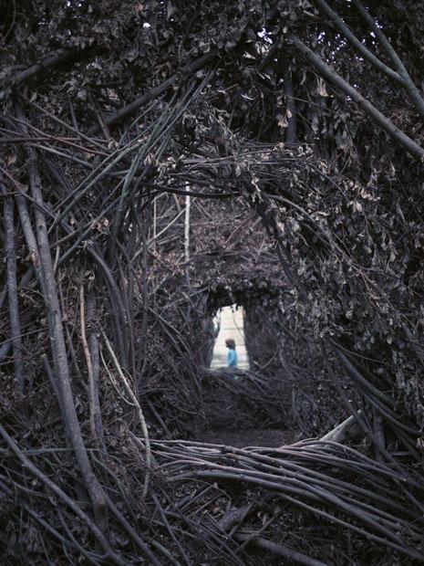 Photo enfant bleu aux cheveux roux dans douves du chateau de Nantes
