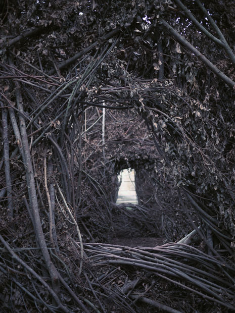 Photo sous-exposée dans l'installation de Patrick Dougherty