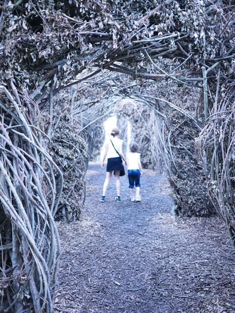 Promenade de deux enfants dans le labyrinthe végétal - Exposition 56 chandelles