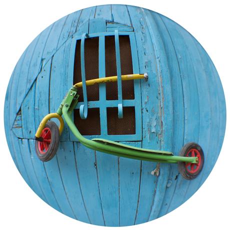 Trotinette multicolore sur porte bleue prise avec un fisheye rue des olivettes à Nantes